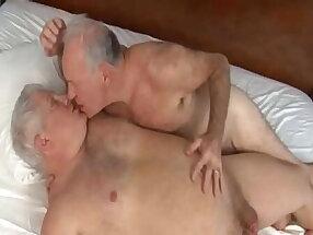coroa gordo e marido velho se beijando depois de transarem